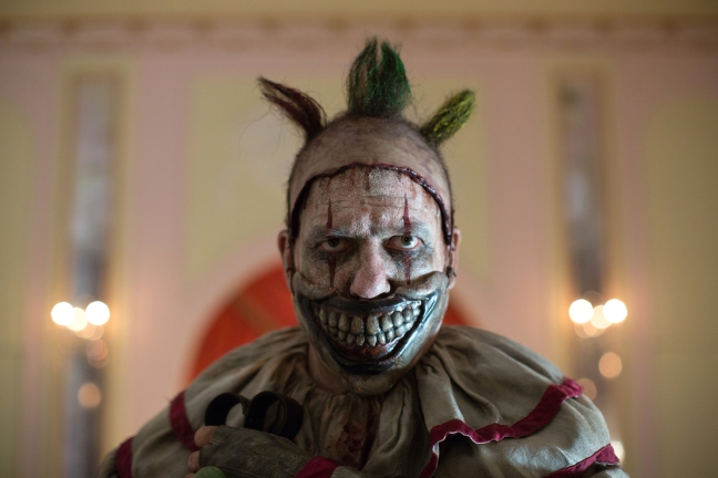 "AMERICAN HORROR STORY: FREAK SHOW ""Massacres and Matinees""- Episode 402 (Airs Wednesday, October 15, 10:00 PM e/p) --Pictured: John Carroll Lynch as Twisty the Clown. CR: Michele K. Short/FX"